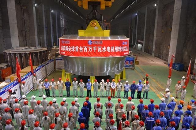 """了不起的""""四川造""""! 东方电气研制的全球首台百万千瓦水电机组精品转轮成功吊装"""